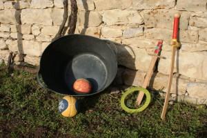 Les flexibac de 30 litres et ballons de mini-basket. Épées en bois et anneaux de fabrication artisanale.