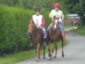 chevaux courant pieds nus en endurance